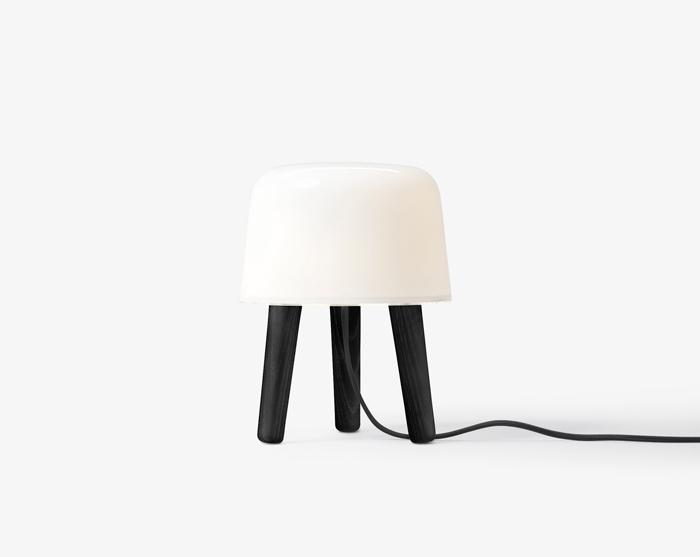 Køb Milk Bordlampe m. Sorte ben Så længe lager haves  – &Tradition